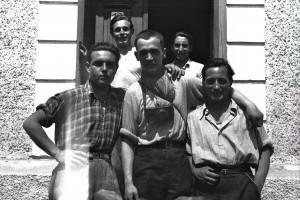 En primer término, de izquierda a derecha, Ramón Milà, Francesc Boix y Luisín García. Detrás, de izquierda a derecha, Jesús Grau y José Alcubierre. Se encuentran delante de la casa de Anna Pointner. Mayo 1945.