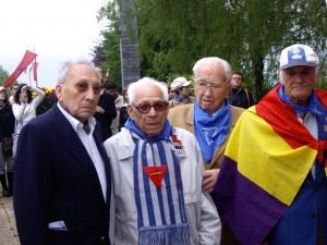 José, a la izquierda, con los deportados David Moyano, José María Villegas y Juan Camacho, en los actos del aniversario de la liberación del campo, en mayo de 2008.
