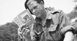 Un soldado de la 101st Light Anti-Aircraft Regiment se prepara para el Día D leyendo un manual sobre Francia cerca de Portsmouth el 29 de Mayo de 1944.© IWM (H 38831)